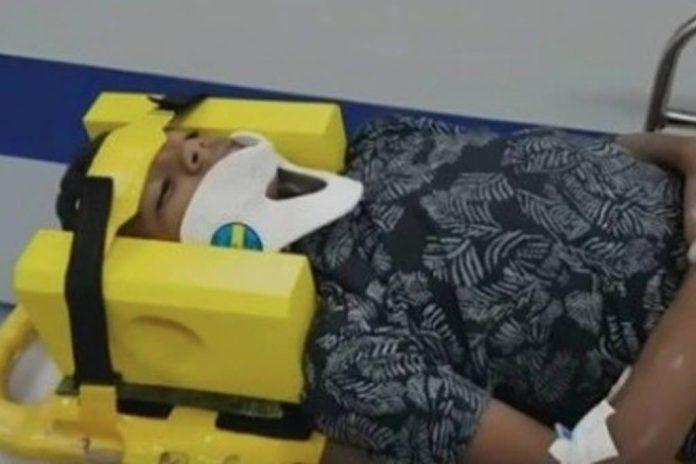 """Menino é socorrido após """"desafio da rasteira"""" em SP"""