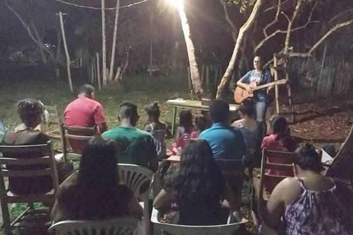 Missionários na Amazônia iniciam igreja debaixo de árvore