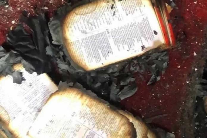 Pastores cultuam em igreja incendiada após destruição de aldeia cristã