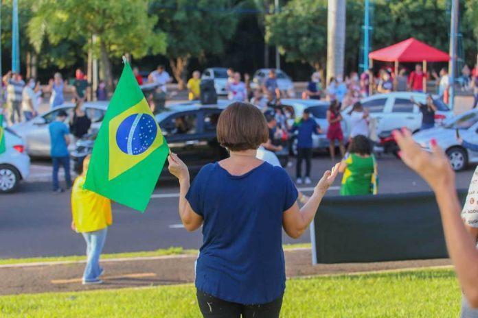 Três mil pessoas se concentram em Campo Grande (MS) para orar pelo Brasil