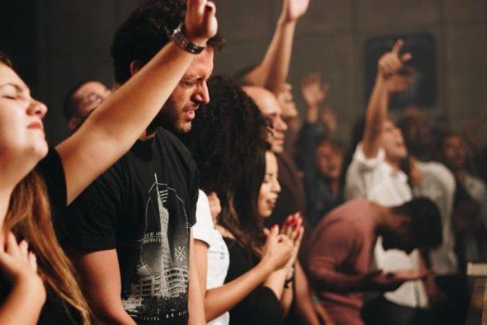 Qual é o conceito de adoração inserido na poesia bíblica?