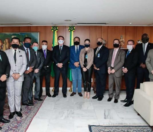 Liderança da Frente Parlamentar Evangélica ora pelo presidente Jair Bolsonaro