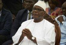 Em Bamako capital do Mali, presidente renuncia em meio a protestos.