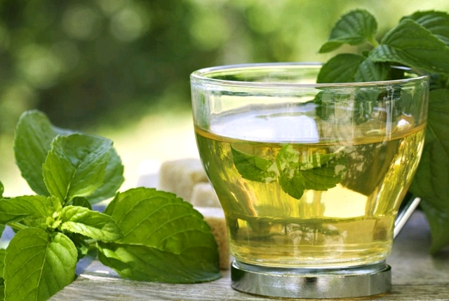 Lemon juice with peppermint tea