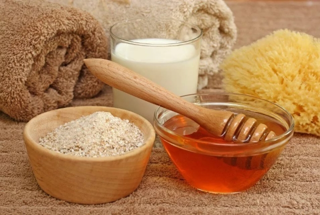 Buttermilk, Honey And Oatmeal Face Pack