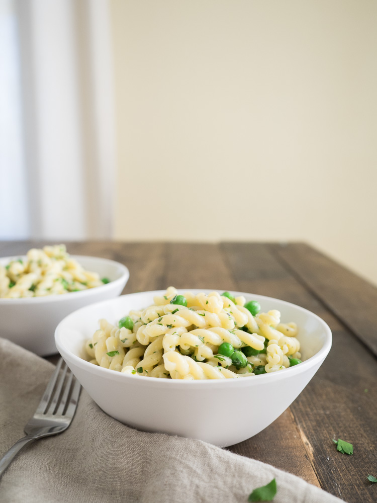 Mac n Peas Pasta Salad | A quick and easy pasta salad with homemade green goddess dressing! Fresh or frozen peas add a burst of sweetness for the perfect picnic. SeasonedVegetable.com