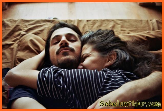 7 manfaat tidur memeluk istri buat kesehatan laki laki