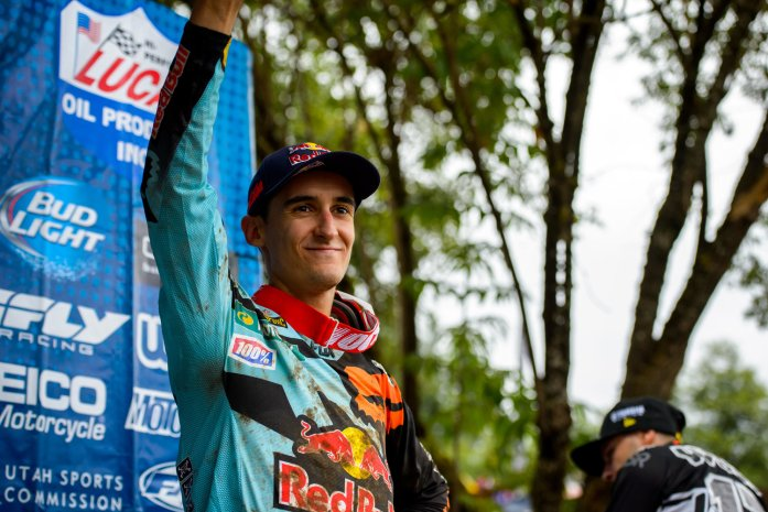 Marvin Musquin poing levé© Garth Milan/Red Bull Content Pool