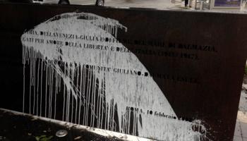 Foibe, il giorno della memoria (e delle amnesie della sinistra). A Roma imbrattato il monumento ai caduti