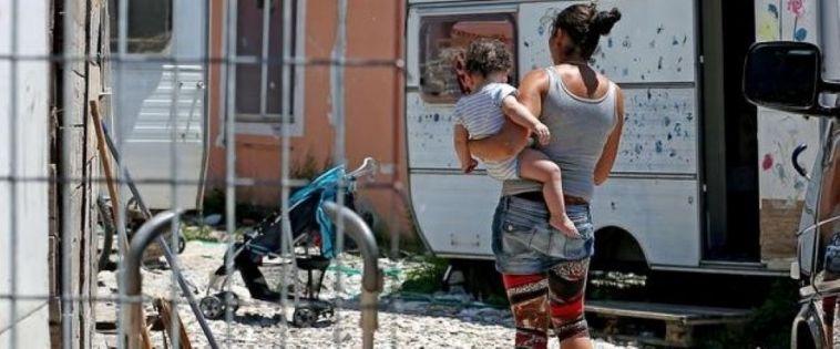 Ragazzina rom muore travolta da un treno vicino al campo nomadi. Ma la Raggi non li aveva sgomberati?