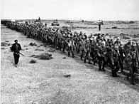 Des soldats allemands partant en captivité