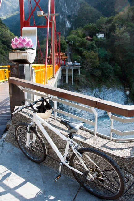 Riding a bicycle down the gorge - places to see in Taiwan