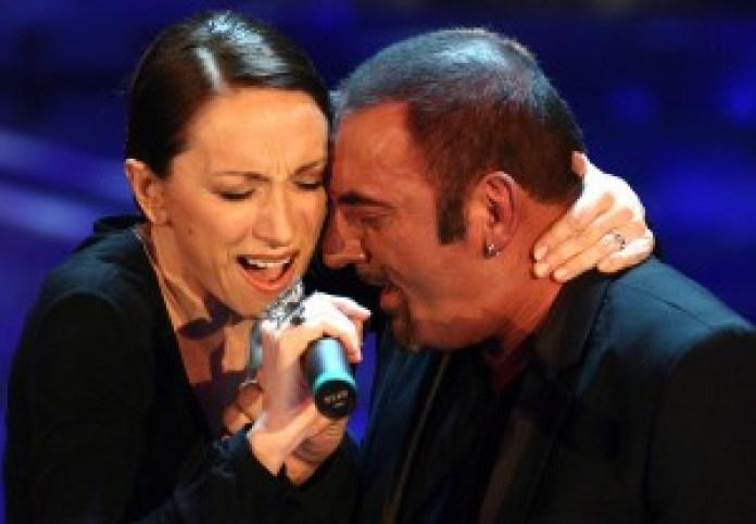 Il cantante Mango in coppia con Laura Valente, in gara nella categoria Campioni con il brano ''Chissa' se nevica'' (Ansa/Onorati)