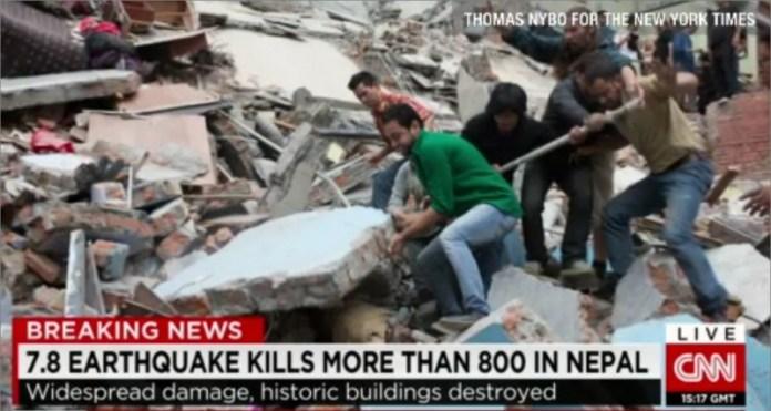 si scava tra le macerie in Nepal dopo NepalEarthquake
