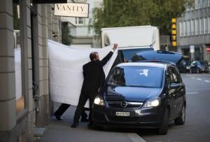 Un funzionario della Fifa viene coperto dagli agenti
