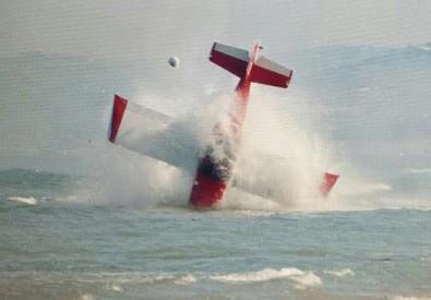 Un fotogramma dell'aereo dello sfortunato Marco Ricci mentre precipita