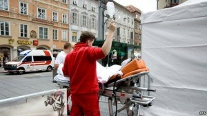 Feriti vengono trasportati in ospedale