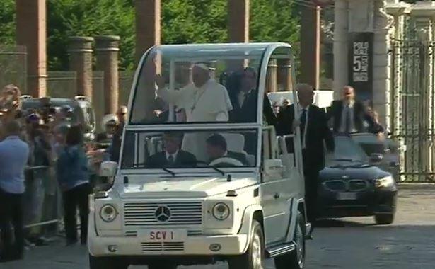 Il Papa a Torino. Ecco il suo arrivo in Papa Mobile