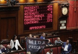 Il tabellone della Camera con il risultato del voto sulla riforma scuola