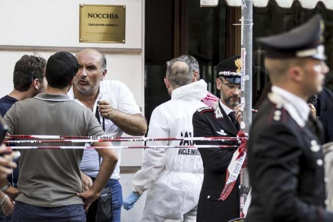 Le forze dell'Ordine davanti al negozio di Giancarlo Nocchia