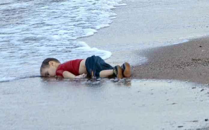 Il bimbo siriano morto in mare in Turchia (photo Nilüfer Demir)