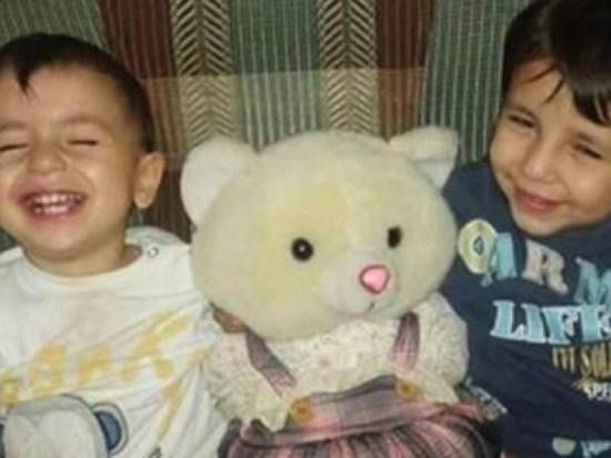 A sinistra Aylan Al-Kurdi, il bambinosiriano ritratto con la maglietta rossa sulla spiaggia. A destra il fratellino Gabin di 5 anni morto anche lui con la madre, trovati a 100 metri di distanza.