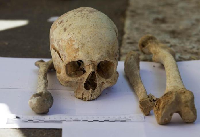 Ritrovate ossa umane tra due cassonetti in Via Flavio Stilicone la scientifica durante i rilievi 22 settembre 2015 a Roma ANSA/MASSIMO PERCOSSI