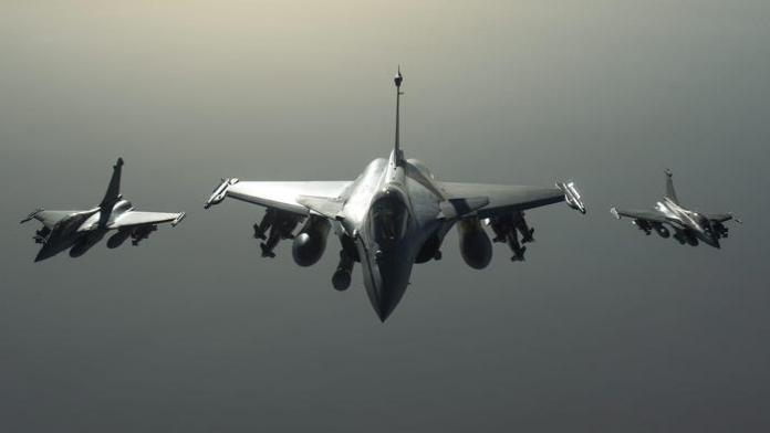 Russia, Putin avvia in Siria raid anti Isis. I ribelli di Assad Colpiti civili. Nella foto raid francesi