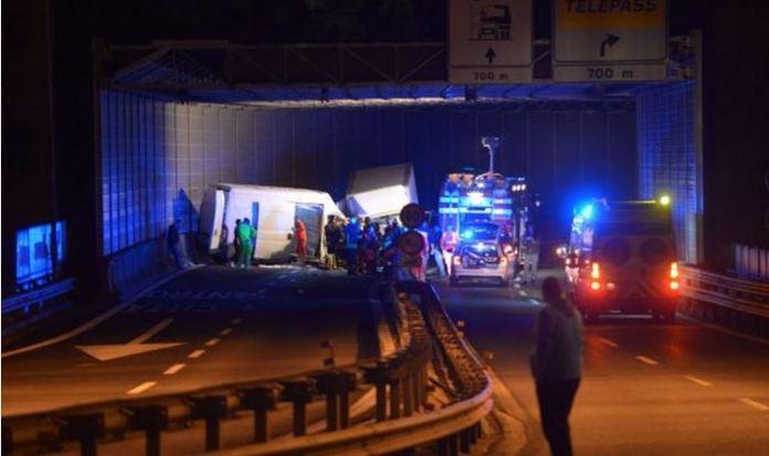 Il luogo dello scontro tra due furgoni a Genova