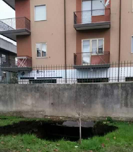 Paura a Vibo Valentia, evacuato palazzo per una frana