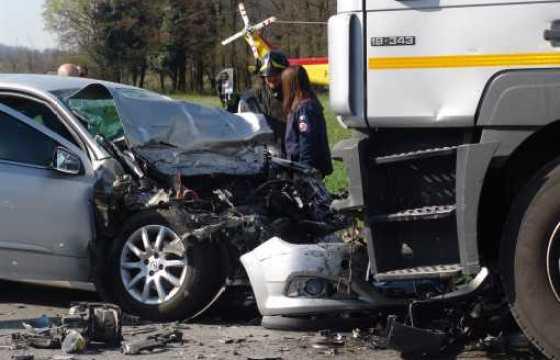 Brescia, decapita la moglie e si suicida contro un tir sull'A4