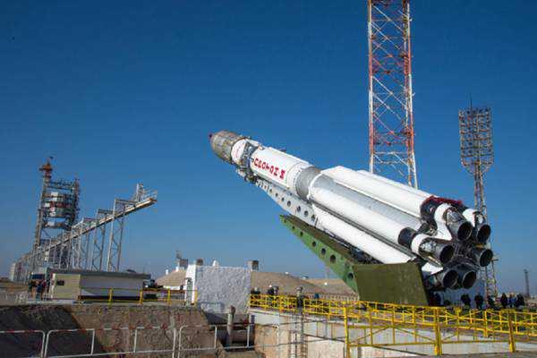 La fase iniziale della preparazione del razzo Proton M sulla rampa di lancio, nella base russa di Baikonur ExoMars Marte
