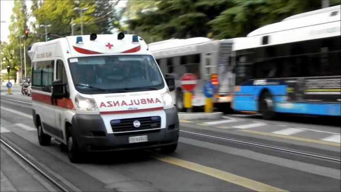 Scontro tra due auto e un camion sulla SS 107, una vittima
