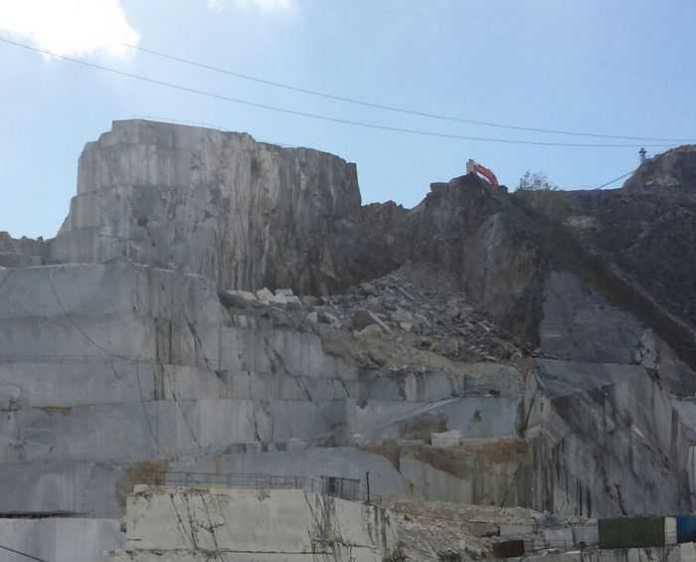 Dramma cava di Carrara. Apprensione per i due operai