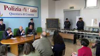 Momenti della conferenza stampa sull'arsenale di armi scoperto a Rende