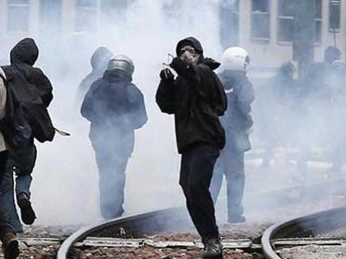 Brennero, scontri Black bloc Polizia: feriti e arresti