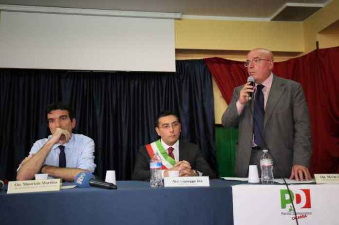 Il ministro Maurizio Martina e il presidente della Regione Calabria Mario Oliverio durante il suo intervento
