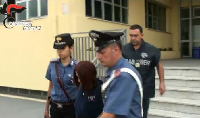 La badante infedele Angela Alupoae mentre viene arrestata