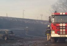 I vagoni incendiati dopo l'impatto alla stazione di Hitrino, in Bulgaria
