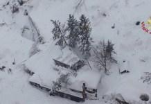 L'Hotel Rigopiano in una foto scattata da vigili fuoco dall'elicottero