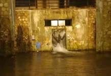 Frame di un video postato su Facebook che mostra la perdita d'acqua dal serbatoio di via De Rada, a Cosenza