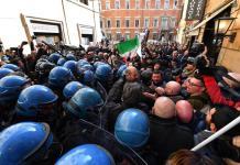 Un gruppo di tassisti e di ambulanti protestano davanti alla sede del Pd a Roma.