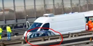 Cerchiata in rosso l'auto del fuggitivo a Milano dopo essersi scontrata con un furgoncino