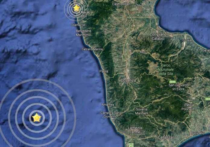 Nel cerchio più grande lo sciame sismico a largo di Amantea. In alto il terremoto a  Scalea