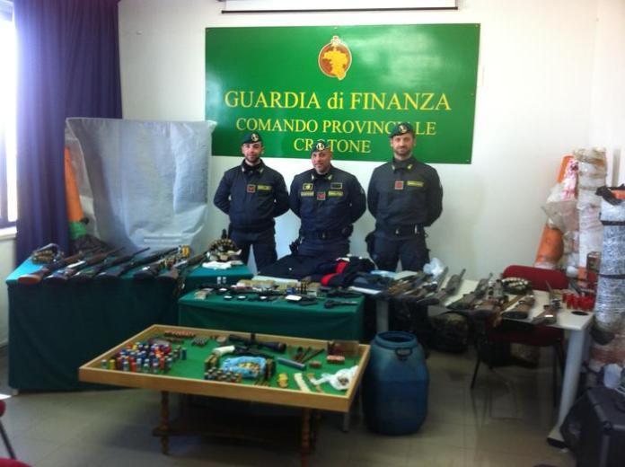 Le armi sequestrate dai finanzieri del Comando provinciale di Crotone
