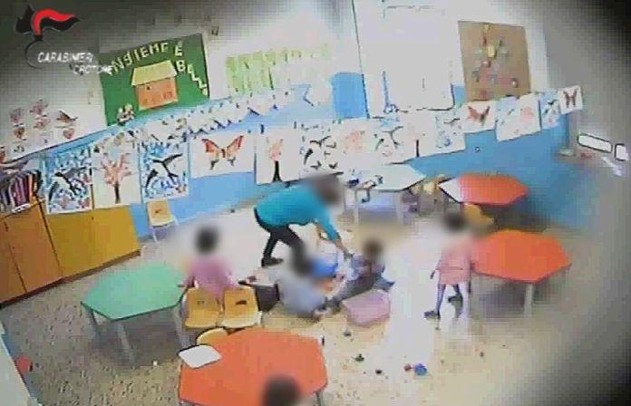 Una immagine delle telecamere della scuola materna di Cotronei