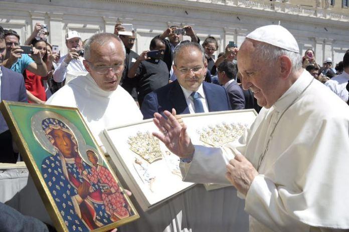 Un momento della benedizione in Vaticano