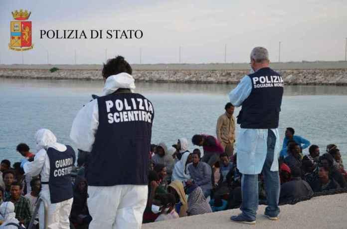 polizia migranti porto