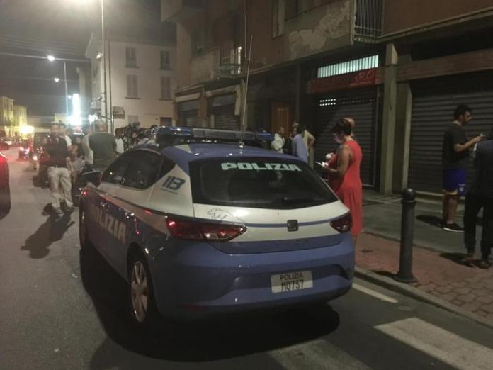 Polizia all'esterno del palazzo a Parma dov'è avvenuto il duplice omicidio
