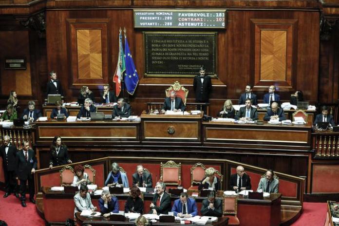 La seduta in Senato per la votazione sul Def